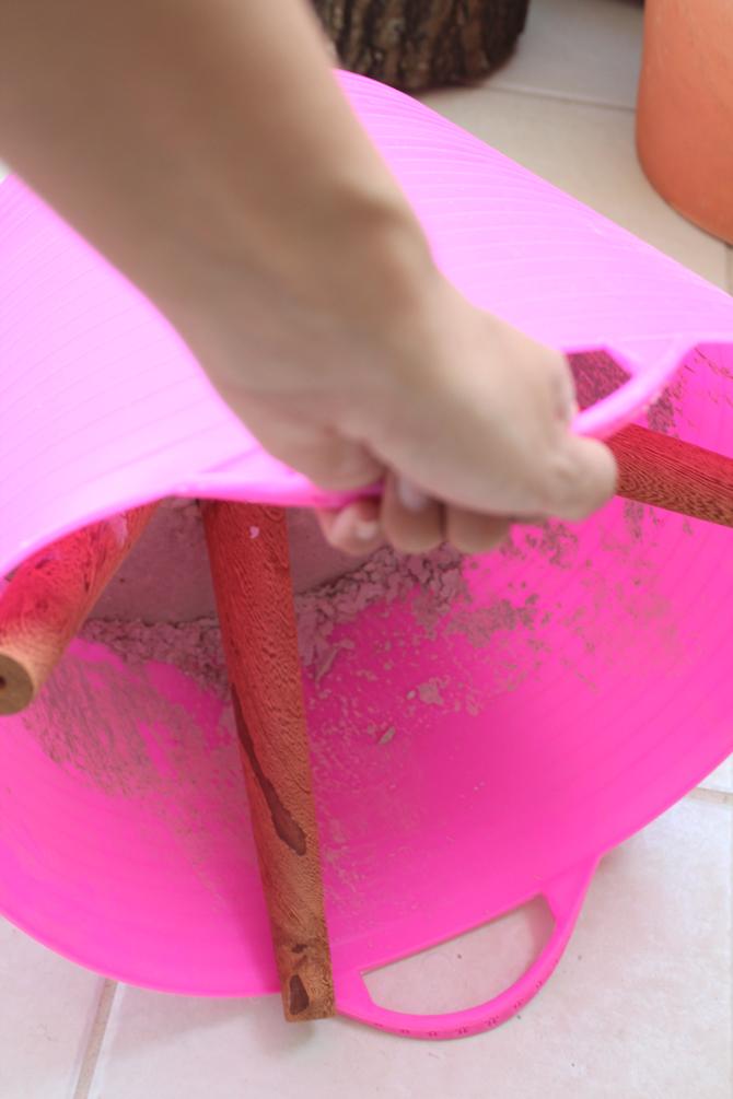 tirando cimento da forma